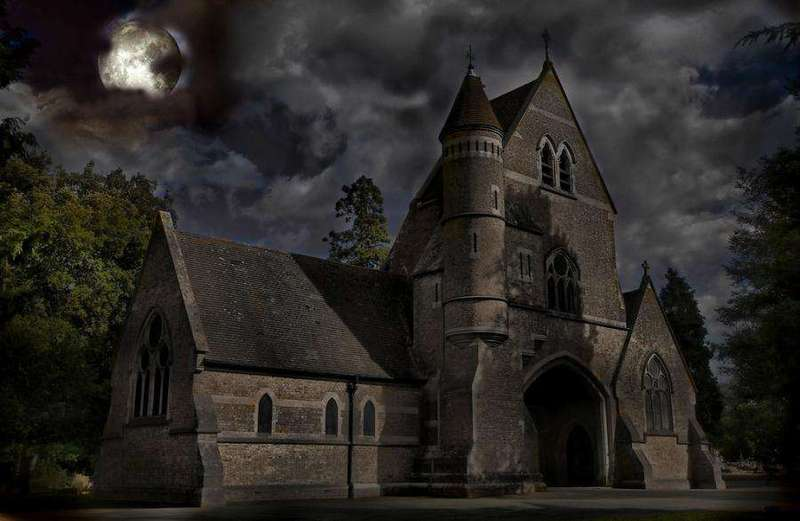 Черная-черная церковь черной-черной ночью