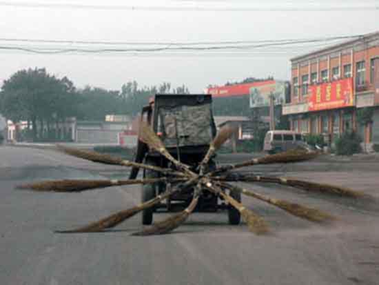 Шедевр китайской научно-технической мысли. Немного смекалки, пять веников и два колеса от садовой тележки.