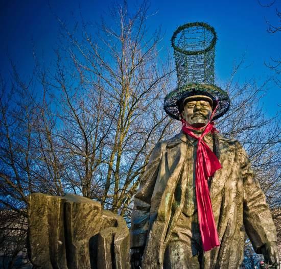 Дедушка Ленин в розовой шляпке и с зелеными сиськами