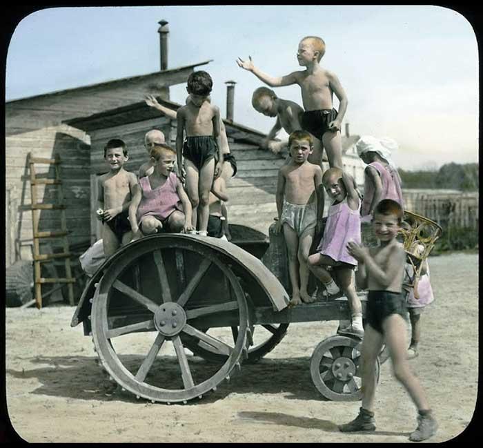 Детская скульптурно-гимнастическая группа на тракторе