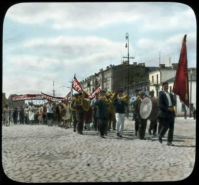 С бубнами, горнами, флагами и барабанами за победу мировой революции
