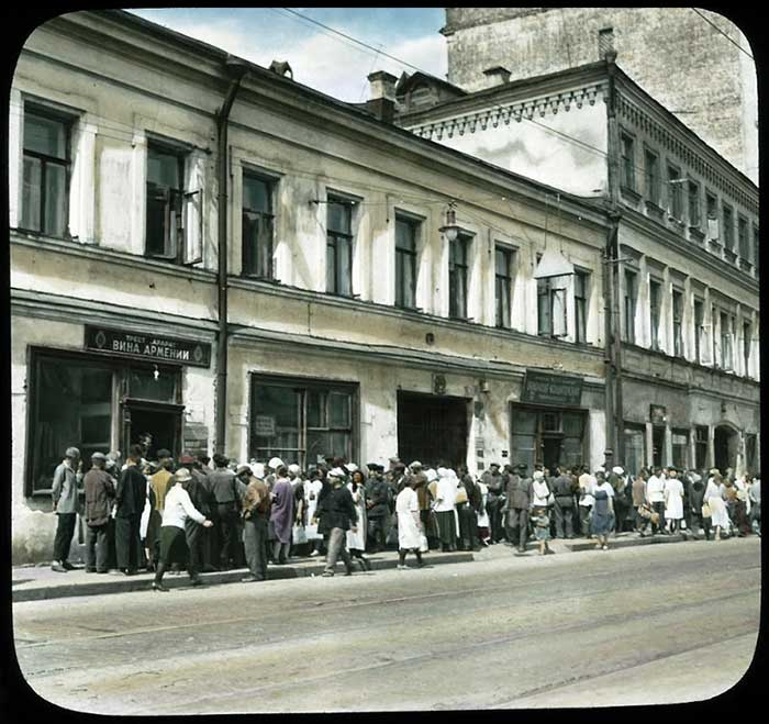 Здоровенная очередь в магазин Вина Армении