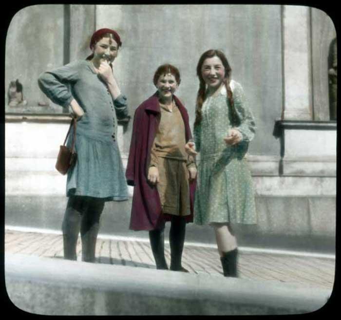 Девки у Эрмитажа. Принципиально не изменились.