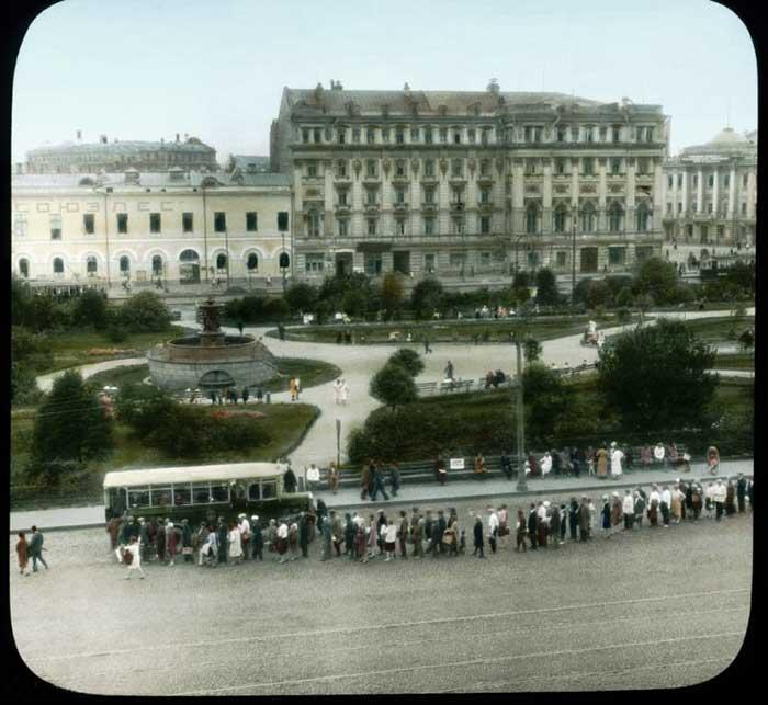 Автобусная очередь на площади Свердлова (Театральной)