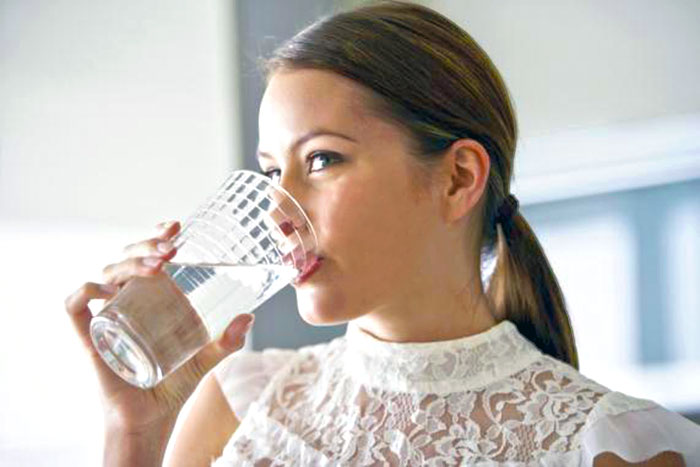 Девушки пьющие воду