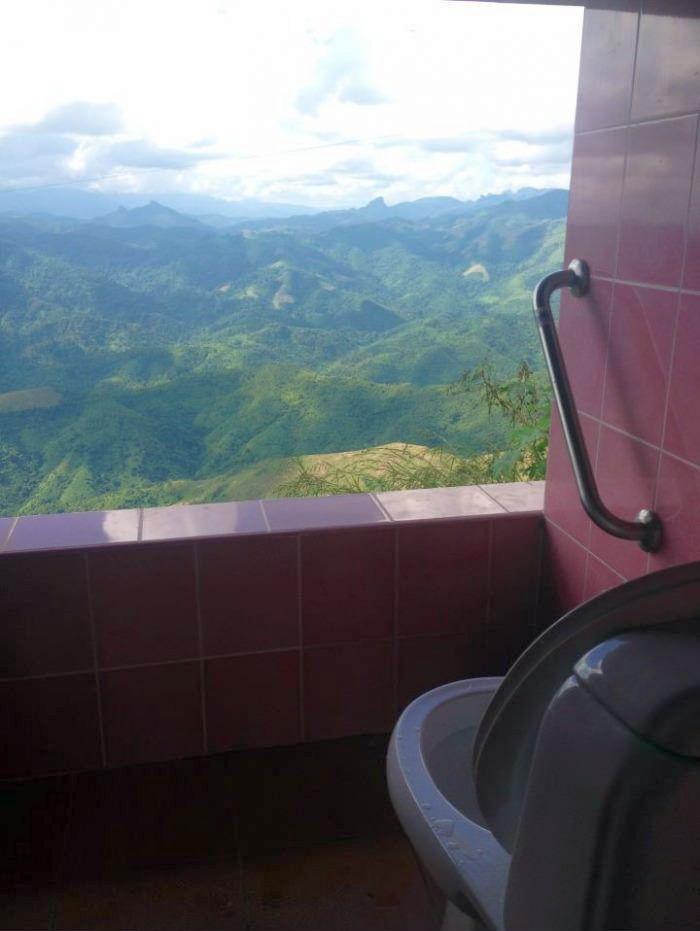 Сортир с видом на горы