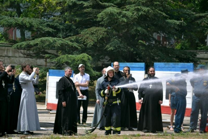 Представители епархиальной дружины проверяют качество святой воды для тушении пожара