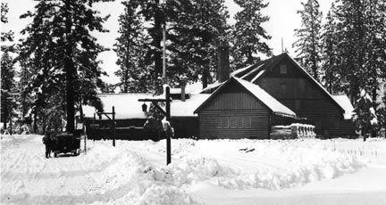 Здание в снегу