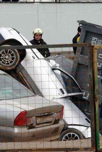 Автомобили провалившиеся в землю